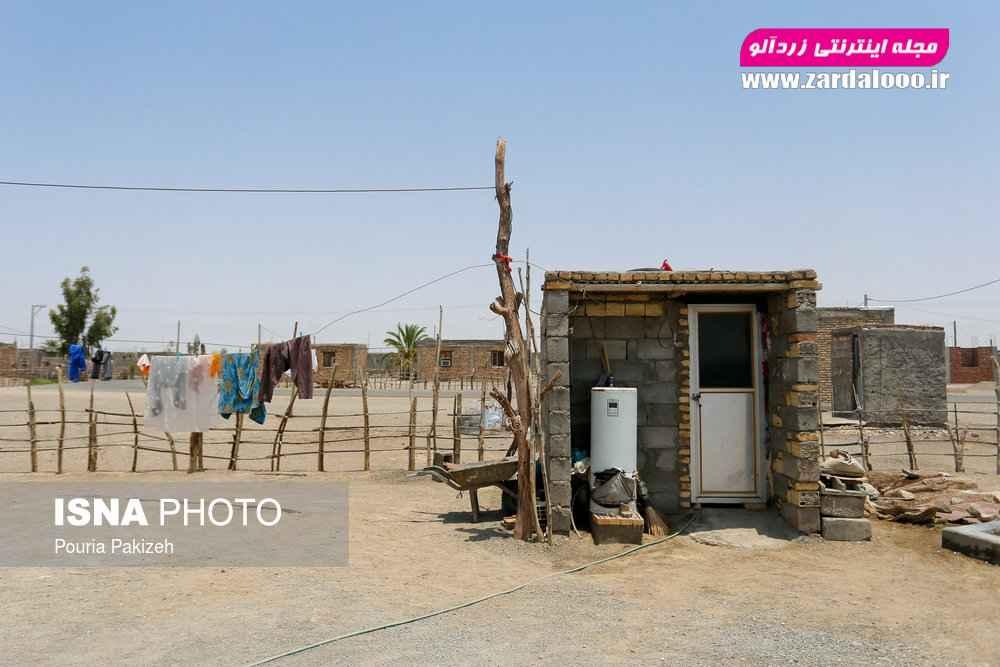 «مزرعه» از روستاهای شهرستان محروم قلعه گنج است که محدوده مرزی بین خانهها و یا کپرها با حصارهای چوبی مشخص شده است. نبود آب و گاز از مهمترین مشکلات این روستا است.