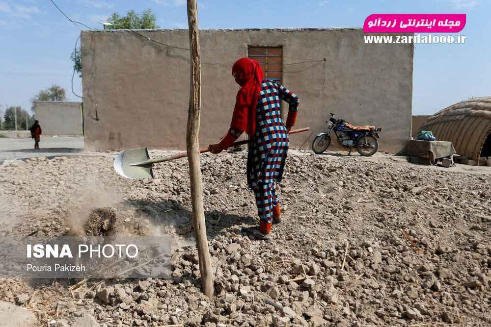 زنی که اهل روستا عباس آباد است و خانه قدیمیشان را تخریب کرده و میخواهد خانهای جدید بنا کند.