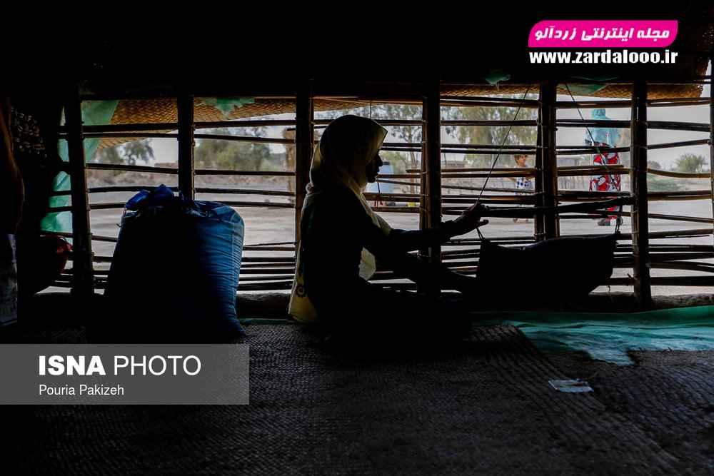 نازنین ۱۲ساله دختر بزرگ یک خانواده کپرنشین در روستا عباس آباد که در حال درست کردن ماست محلی از شیر بز است.