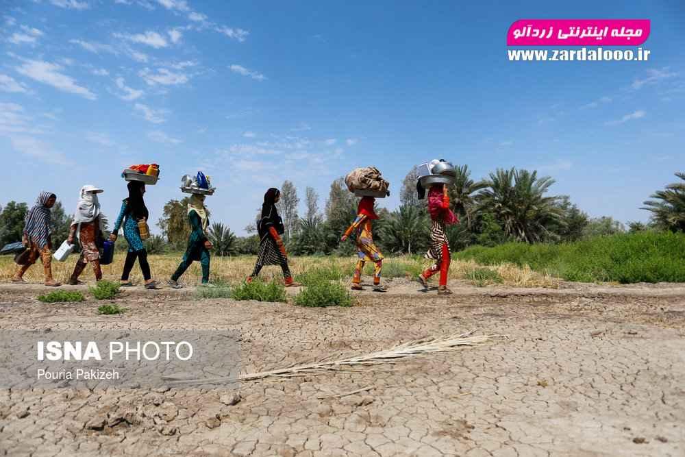 بهعلت نبودن آب در داخل روستا، دختران هر روز ظروف و لباس های خانواده را برای شستن به برکهای که فاصله یک کیلومتری با روستا قرار دارد میبرند.