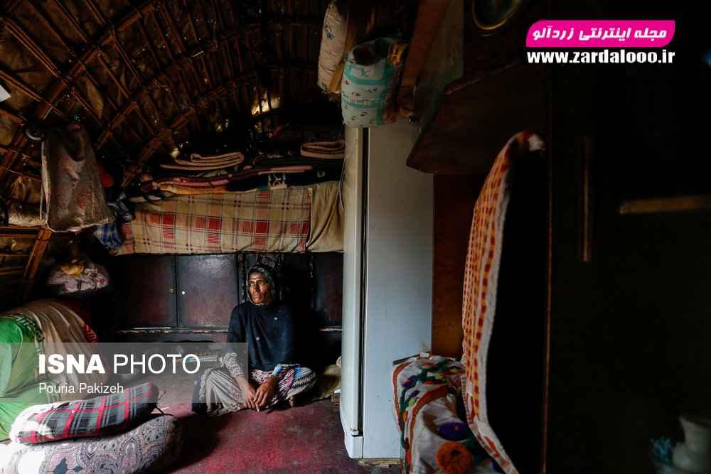 روستای «حسین آباد» که ساکنین این روستا همه کپرنشین هستند و به علت دمای بیش از ۴۵ درجه کل روز را در کپرهای کوچک خود سپری میکنند.