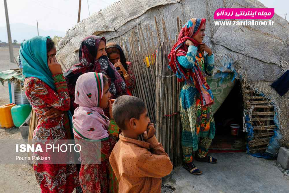 زبان و نوع پوشش مردمان این مناطق محلی است و برگرفته از گویش شهرهای سیستان و کرمان است.