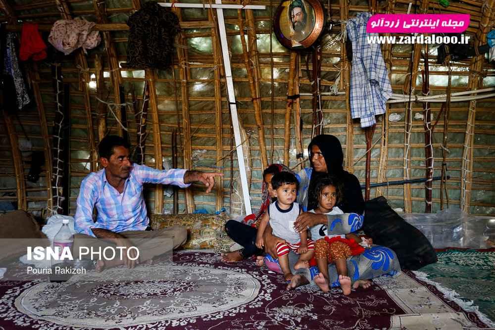 یک خانواده کپرنشین در روستای «حسین آباد» که مرد خانواده از بیکاری خود و چهار فرزندی که مبتلا به بیماری پوستی هستند و قادر به معالجه آنها نیست سخن میگوید.