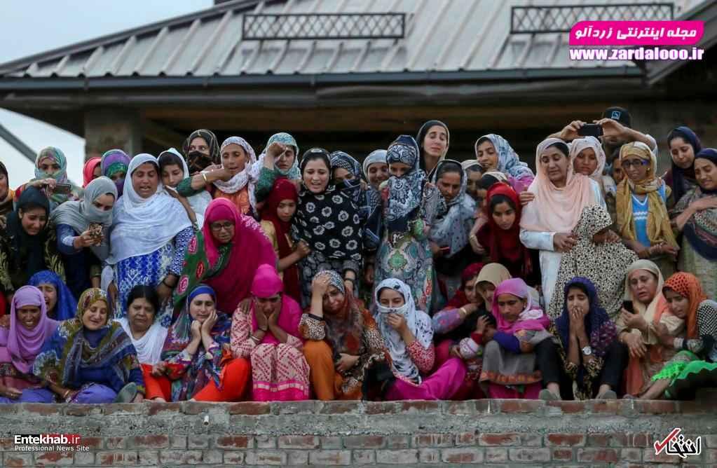 سوگواری زنان کشمیری در مراسم تشییع پیکر یک فرمانده جدایی طلب