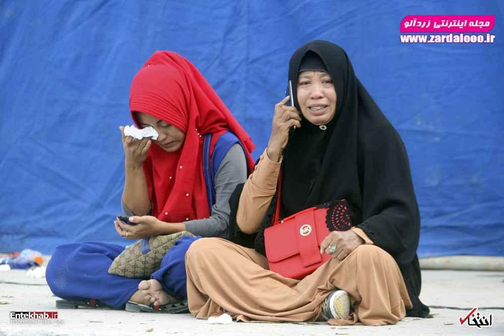 دو زن در انتظار خبری از قایق غرق شده در سوماترای اندونزی