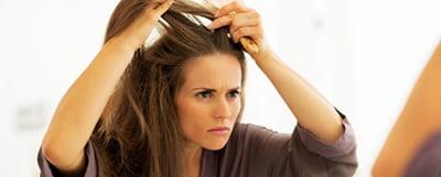 موهای ضعیف با نشانههایی از جمله شکنندگی، پژمردگی و نازکی قابل تشخیص است